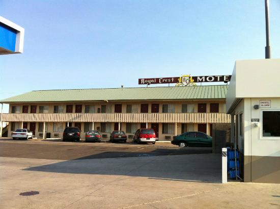 Royal Crest Motel: view from gas station