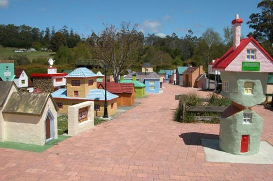 AAA Granary Accommodation: next door--miniature Village of Lower Crackpot