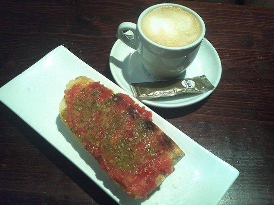 Taberna El Caprichito : Desayuno: Café y tosta de tomate con ajo mojo, 1,70 €