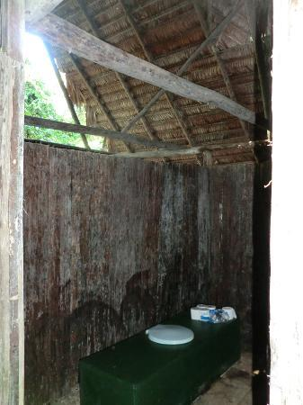 Amazon Explorama Lodges: Rustic bathroom