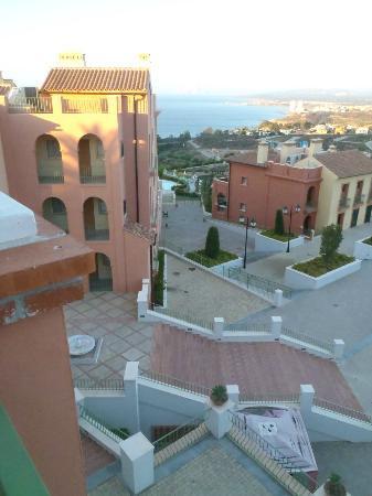 Pierre & Vacances Village Club Terrazas Costa del Sol: vue vers Gibraltar et la mer, place principale et accès piscine