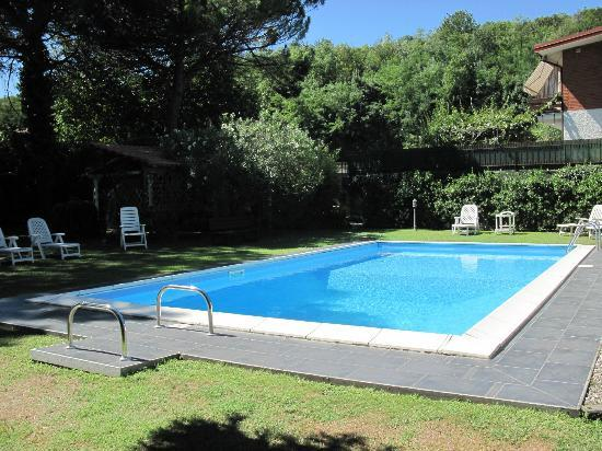 Cosi Come a Casa  B&B : Giardino e piscina B&B Così come a casa