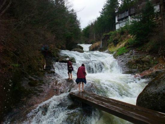 Yokoya Gorge : 多雨のため、明治温泉の脇の小川は滝みたい。靴を脱いで渡ります