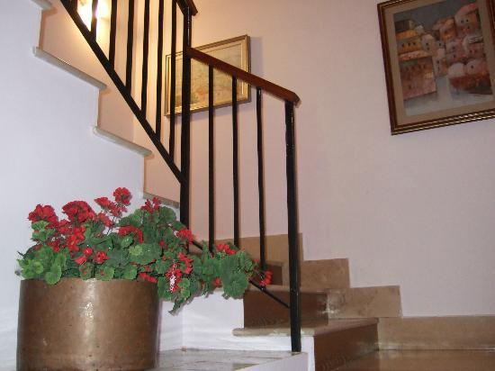 Minerva Hotel: Stairs up to our landing