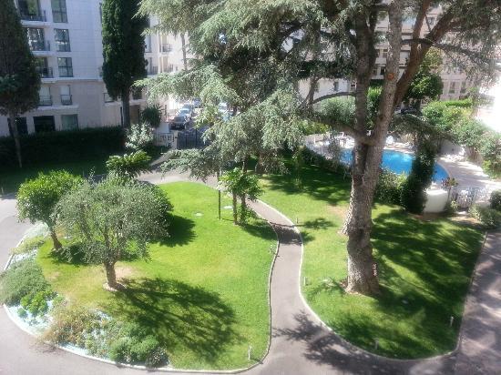 Resideal Premium Cannes: Vue du beau jardin de la résidence depuis la chambre