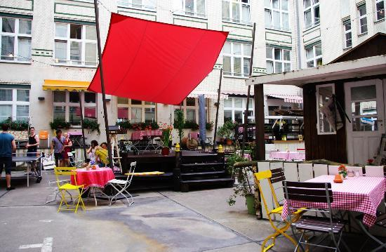 courtyard area picture of michelberger hotel berlin tripadvisor. Black Bedroom Furniture Sets. Home Design Ideas