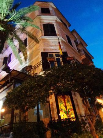 Villa Esperia Palermo: FACHADA DESDE LA ENTRADA