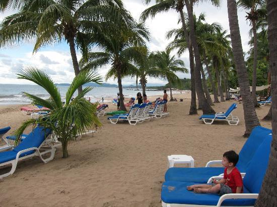 Club Med Ixtapa Pacific: Beach lounge chairs