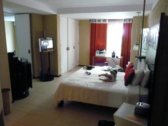 Club Med Ixtapa Pacific: Adult room. Door separating the rooms is on the left.