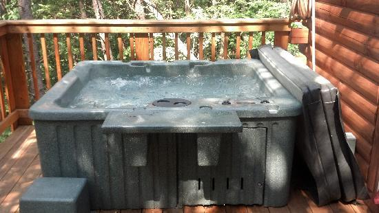 Blue Rose Cabins: hot tub