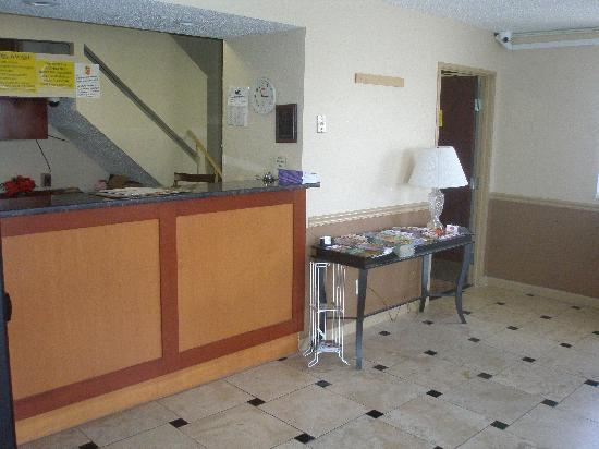 Super 8 Harrisonburg: Front Desk / lobby
