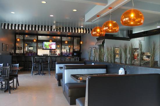 Jersey's On Main: Bar / Dinning