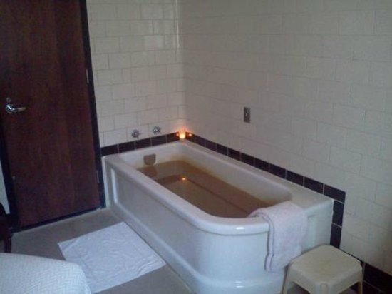 Roosevelt Baths and Spa: Tub view two with door to bathroom