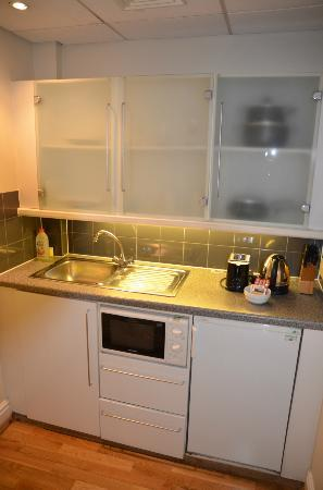 Fraser Suites Queens Gate: Cocina pequeña pero muy equipada