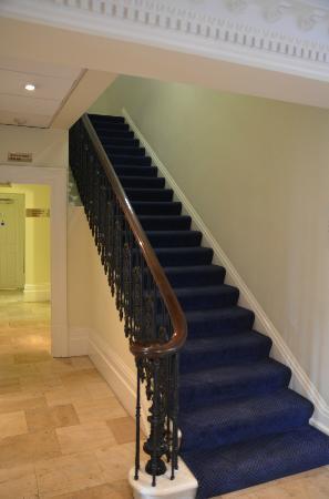 เฟรเชอร์เพลส ควีนส์เกท: La hermosa escalera del hotel