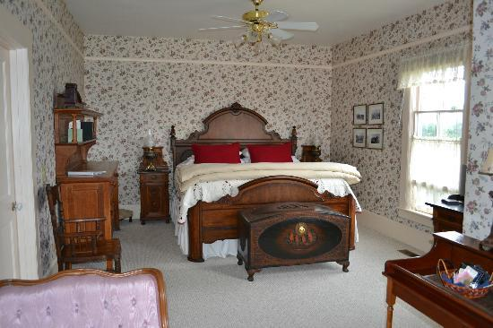 Blue Goose Inn Bed and Breakfast: bedroom area of Mt Baker Suite
