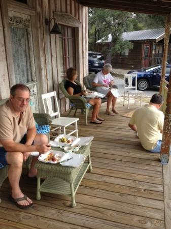 Tonkawaya Ranch B&B: Delicious breakfast on the front porch