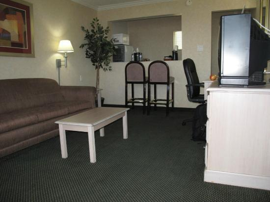 Hotel Aspen InnSuites Flagstaff / Grand Canyon: View looking in Suite door. See the fridge and microwave on the back left of the photo