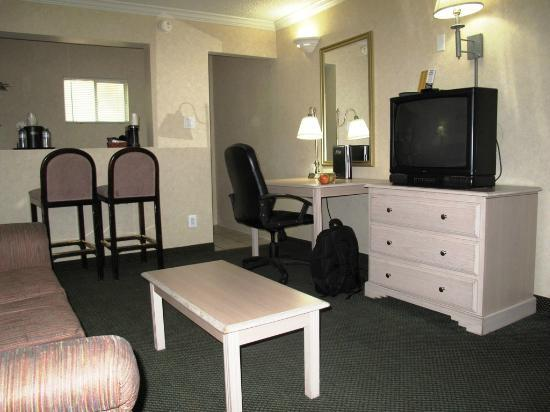 Hotel Aspen InnSuites Flagstaff / Grand Canyon: Work table and CRT TV
