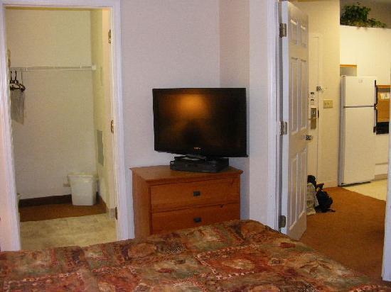 CrestHill Suites Syracuse: Chambre/ salle de bain / cuisine