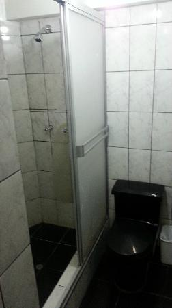 Munay Tika Hotel: Toilet and Shower