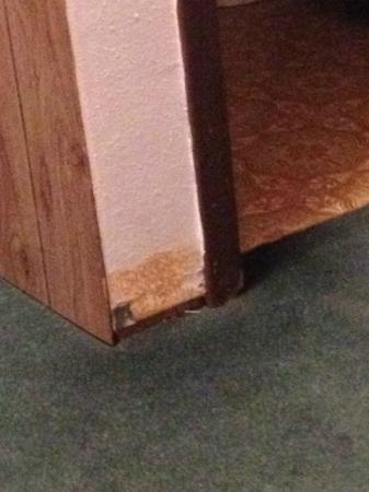 Arrowhead Motel: Floor molding missing.