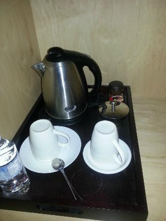 The Franklin Hotel LTD: Meager coffee setup (no creamer)