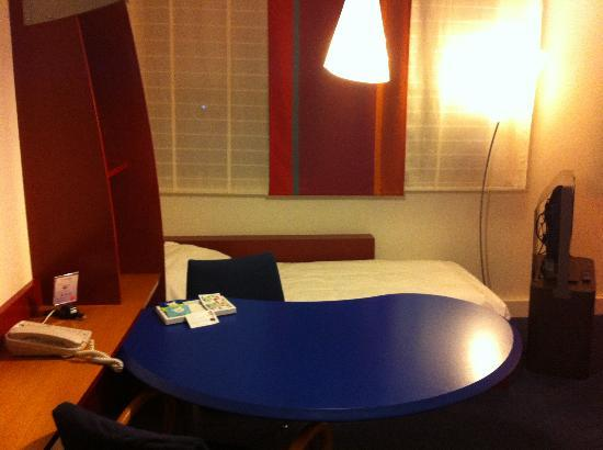 Novotel Suites Nice Aeroport: Working Area with Extra Bed