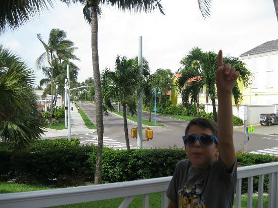 Comfort Suites Paradise Island: streets around hotel