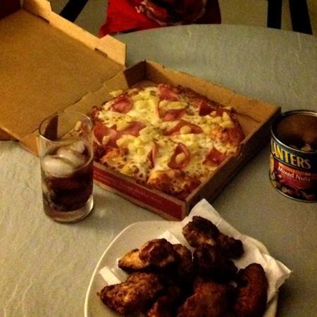 Round Table Pizza: ハワイアンピザとチキンウィング