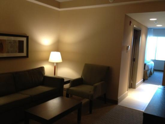 Holiday Inn Express & Suites Ottawa West - Nepean: living room