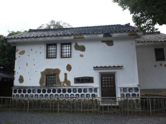 Tabaruzaka Park: 弾痕の家(資料館横)