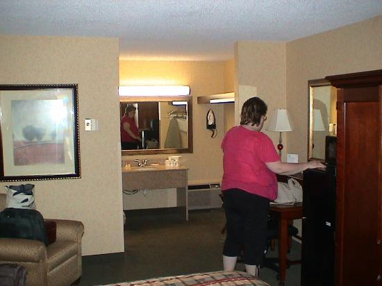 Days Inn Klamath Falls: Shot from the window side of the bed to show the sink, vanity, open closet, and west side.