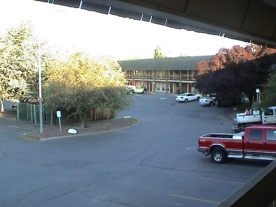 Days Inn Klamath Falls: Looking SE from in front of our room in the evening.