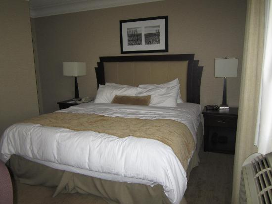 Ramada Plaza Toronto Downtown: Our king sized, comfy bed!
