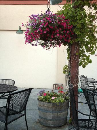 Klamath Basin Brewing Company: Flowers on the patio