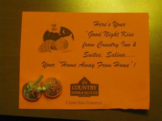 Country Inn & Suites By Carlson, Salina: Sweet treat for us in the room