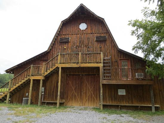 Country Manor Acres: Hay Loft, a Spacious Property with a Game Room and Hot Tub