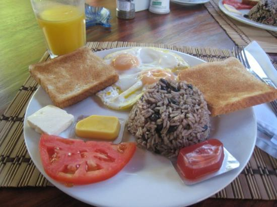 Samara Tree House Inn: breakfast