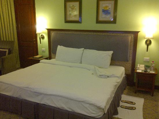 The Uppal Hotel - an Ecotel Hotel: Bed with 2 chocolate from hotel.