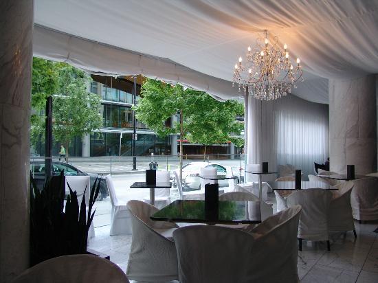 Fairmont Pacific Rim: aperitif lounge in the hall