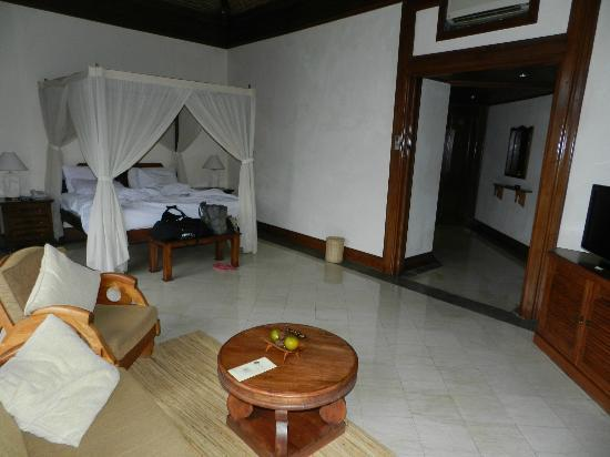 The Payogan Villa Resort & Spa: view of the bed & hallway from the lounge