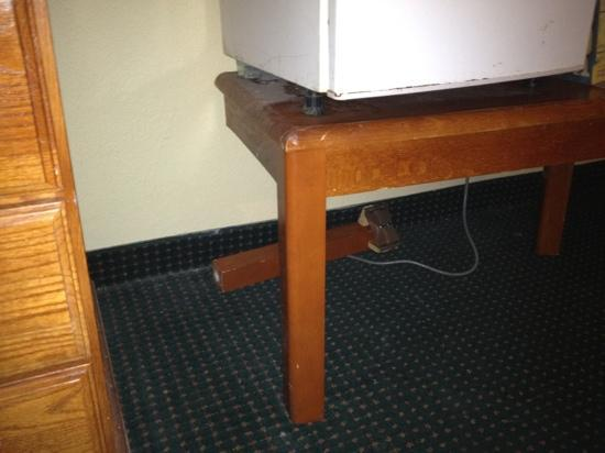 Americas Best Value Inn And Suites- Odessa: broken table