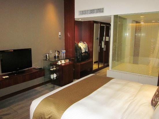 Holiday Inn Shanghai Pudong: My room...pretty cool!