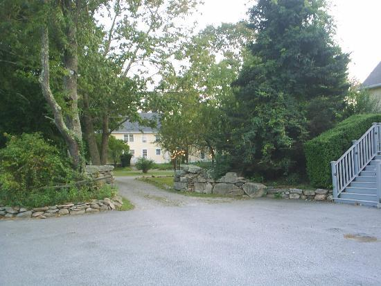 Stonecroft Country Inn: Connecting road from The Grange to the Main House