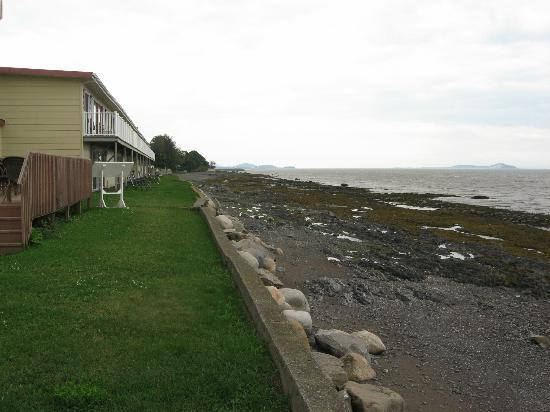 Auberge Sur Mer : Motel, Tide is out on the seaway...