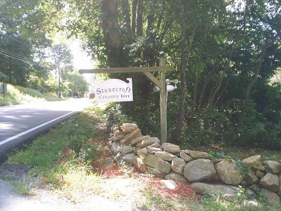 Stonecroft Country Inn: Sign on the road