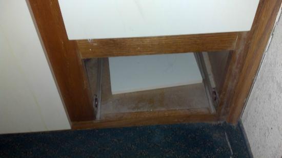 Marietta Hotel: broken sink cabinet