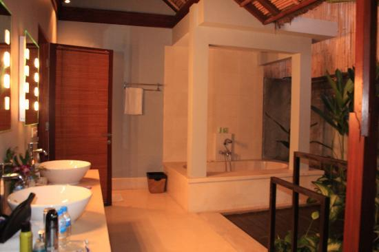 Serene Villas: Spa bath at night - even nicer in the day light