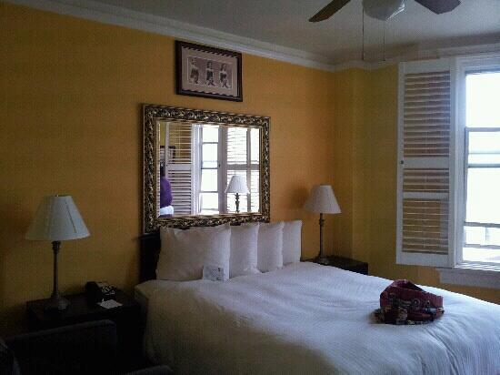 The Hotel California - A Piece of Pineapple Hospitality: Queen Bed in 2nd room
